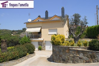 Torre con piscina cerca pueblo en l'Ametlla del Vallès (Les Roquetes)